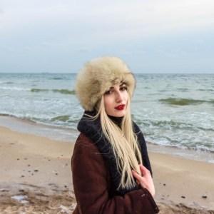 zimowa kobieca sesja nad morzem